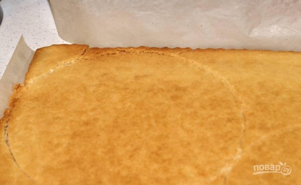 2. Разровняем тесто по форме и запекаем примерно 10-15 минут при 200 градусах. Дальше из этого теста аккуратно вырезаем одинаковые коржи. Можно запекать и сразу в форме, как вам удобно.