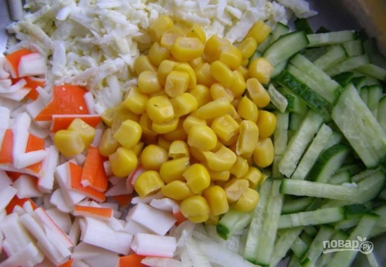 Соединяем в салатнице все ингредиенты, добавляем консервированную кукурузу (воду необходимо слить).