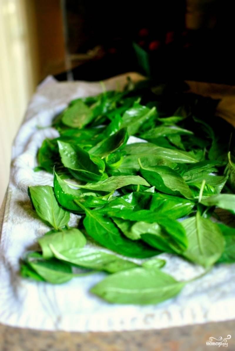 Листья базилика промойте и хорошо просушите.