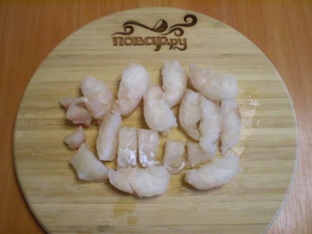 2. Режем рыбу на кусочки.