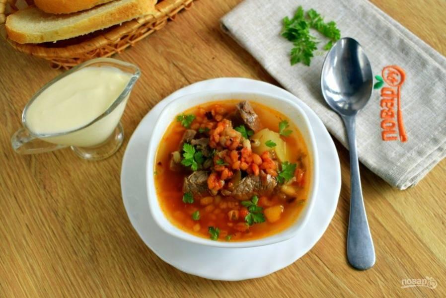 Добавьте соль и перец по вкусу. Подавайте к столу со свежей зеленью и сметаной. Приятного аппетита!