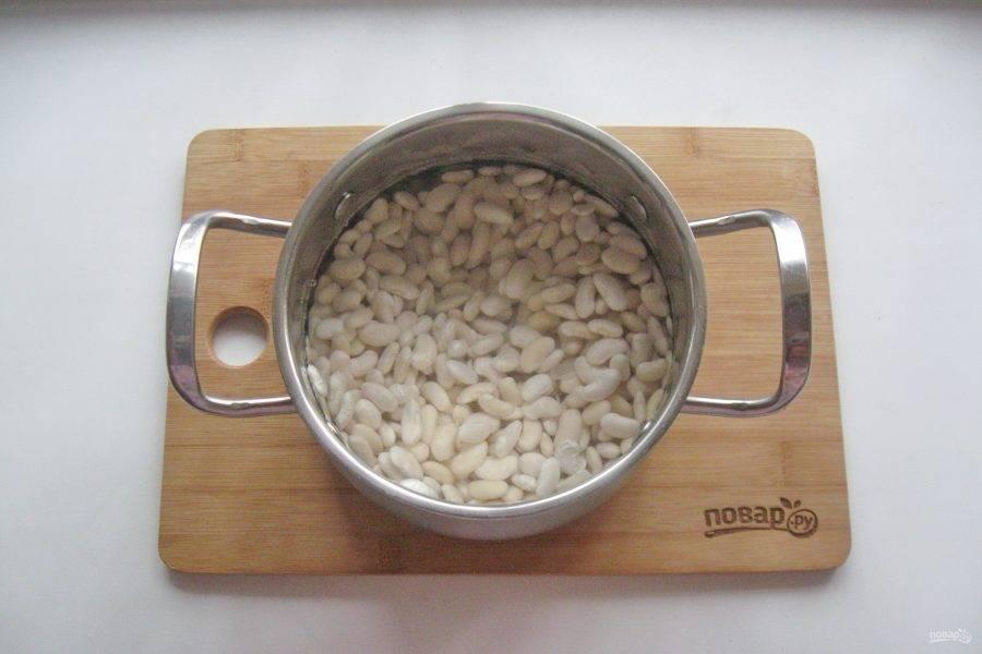 Набухшую фасоль выложите в кастрюлю и залейте свежей водой.