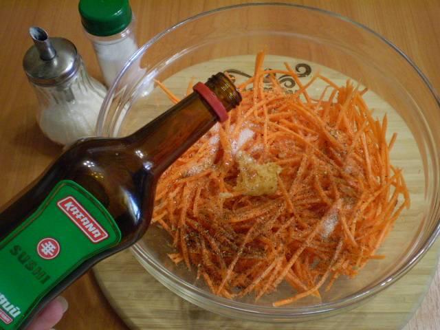 Добавьте в морковь все специи и уксус. Уксус можно использовать не только столовый, но и рисовый или яблочный.