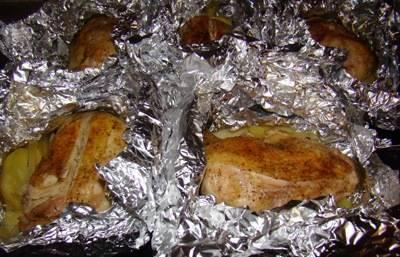 5. Должно получиться 5 таких себе конвертика - делим картофель по количеству окорочков, каждую часть заворачиваем отдельно.