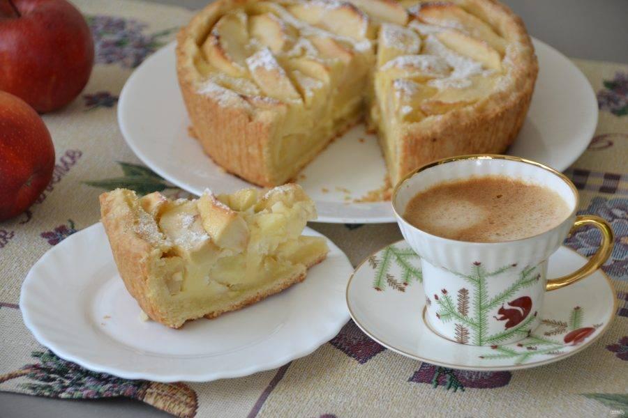 Пирог получился просто необыкновенный, с рассыпчатым песочным тестом, нежным ванильным вкусом начинки в сочетании со вкусом яблок. Не пирог, а блаженство!