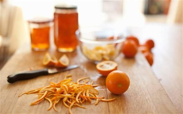 2. В этот классический рецепт мармелад из апельсинов будет использоваться цедра. Для этого с внутренней стороны шкурку нужно хорошо очистить от белых пленок и тоненько нарезать одинаковыми полосочками. Так мармелад будет смотреться гораздо красивее. Очищенную цедру отправить в кастрюлю и залить холодной водой. Поставить на огонь и варить после закипания на медленном огне около 30-35 минут.