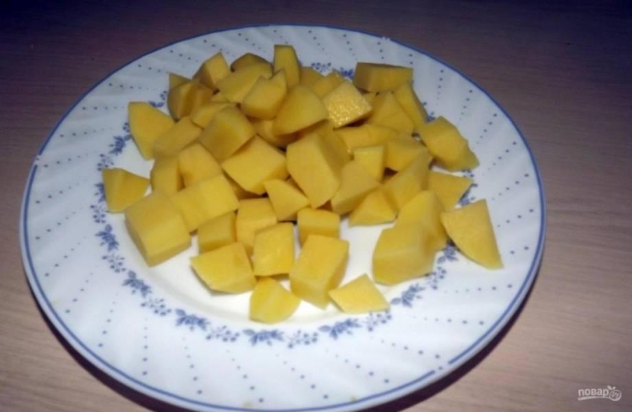 2.Картофель чищу и мою, нарезаю небольшими кубиками.