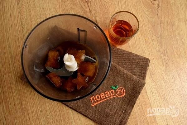 Шоколад и 1 ст. л. сливок растопите в кастрюле с двойным дном. Кофейный лед, виски и сахар по вкусу (примерно 1 ст. л.) смешайте до крупной крошки с помощью  блендера в режиме пульсации.