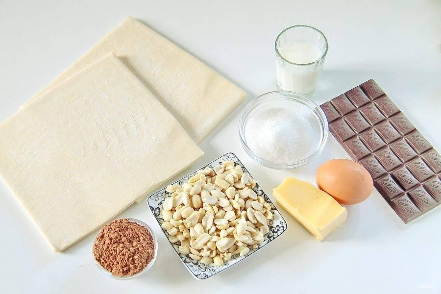 1. Подготовьте все необходимые ингредиенты. Тесто заранее достаньте и разморозьте при комнатной температуре.