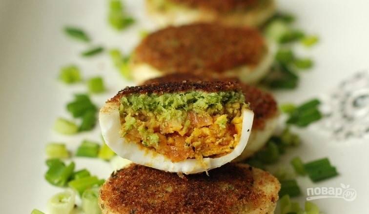 Фаршированные яйца с авокадо и луком