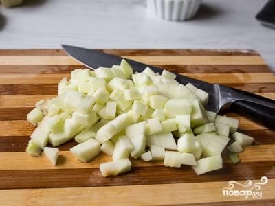 4.Очистите яблоки и порежьте на небольшие кубики. Пожарьте на разогретой сковороде на сливочном масле сахарную пудру и яблоки с корицей. Яблоки не должны разваливаться. Налейте ром и подожгите. Переложите продукты на тарелку.