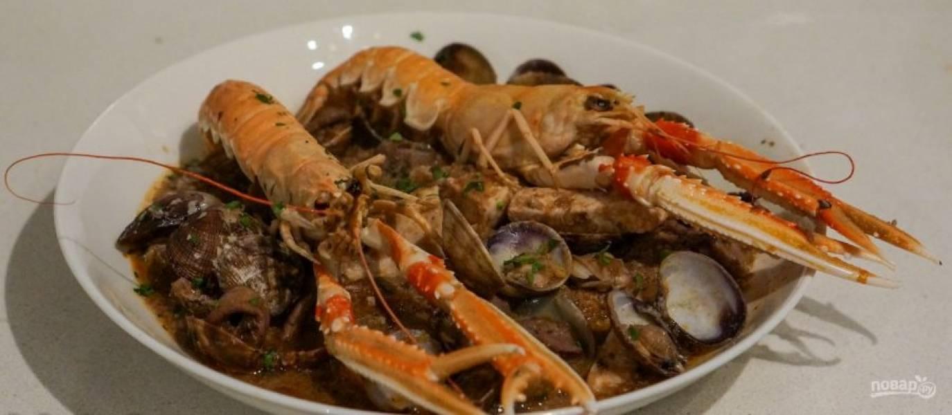 21.Выложите на хлеб суп, зачерпните все морепродукты в тарелку. Подавайте суп сразу, приятного аппетита!