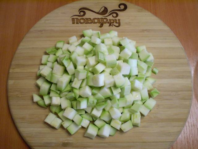 2. Кабачки нарезаем кубиками среднего размера. Если овощ молодой и его кожица нетолстая, можно её оставить. Если же кожица твердая, обязательно её удалите.