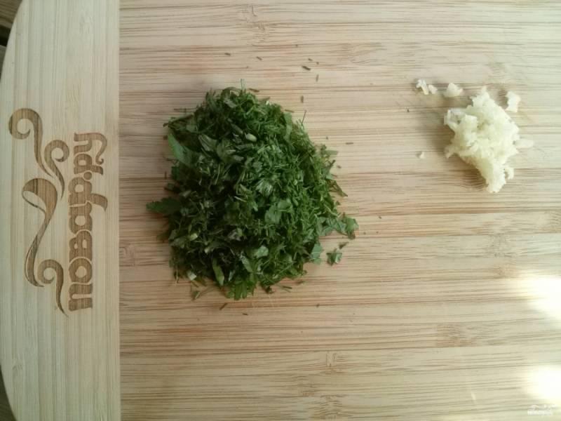 Порежьте мелко зелень и чеснок. Чеснок добавьте в сметану, перемешайте.