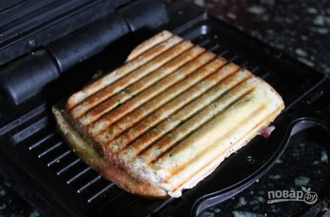 Разогрейте гриль или бутербродницу, положите наши заготовки и запекайте до золотистого цвета.