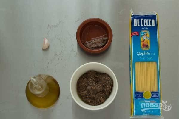 1. Для начала нужно заняться непосредственно трюфелем. Вымойте его и с помощью щеточки средней жесткости как следует очистите. После чего измельчите в трюфельную пасту. Подготовьте остальные ингредиенты.