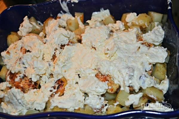 9.Выложите ранее приготовленную сырную смесь и распределите по всей поверхности.