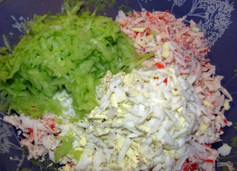 2.Яйца отвариваю и очищаю, плавленый сыр очищаю, измельчаю все на крупной терке. Огурец мою, очищаю от кожуры и натираю на терке, смешиваю все ингредиенты.