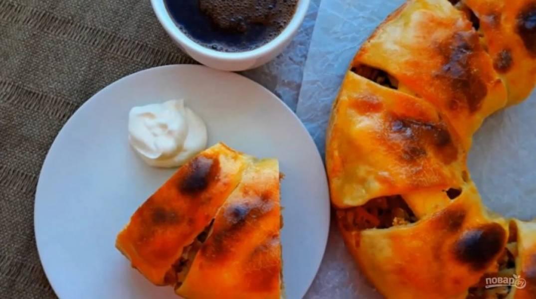 5. Выпекайте пирог при температуре 180 градусов примерно 40-45 минут. За 20 минут до готовности выньте пирог с духовки и смажьте его слегка взбитым желтком. Приятного аппетита!