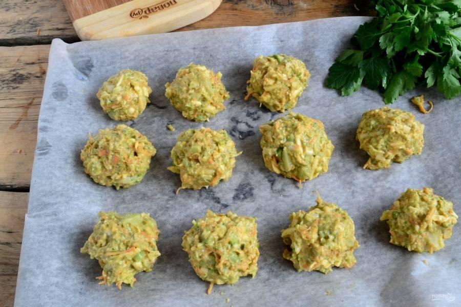 Из полученной овощной массы сформируйте небольшие шарики, выложите их на противень, застеленный пергаментом. Запекайте в духовке 15-20 минут при температуре 180 градусов.