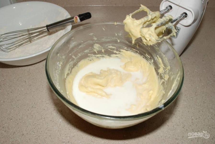 2. Затем в масляную смесь просейте муку, разрыхлитель, соль и ванилин, влейте молоко и замесите тесто.