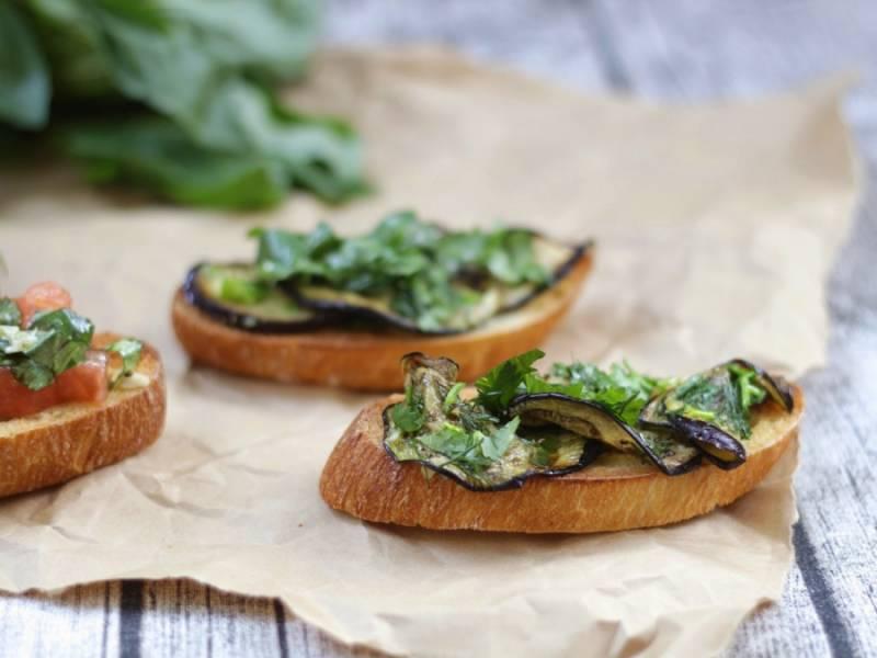 Выкладываем начину на поджаренный хлеб. Можно отдельно, можно смешать. Наша брускетта с баклажанами и помидорами готова! Приятного аппетита!