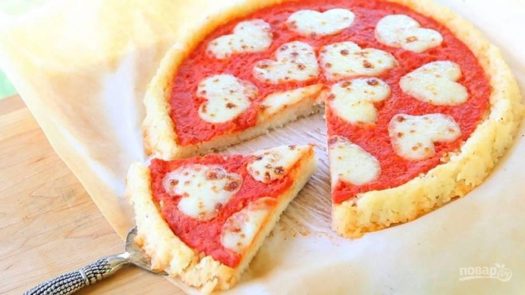 8. Отправьте пиццу запекаться ещё на 10 минут при 180 градусах. Ешьте блюдо тёплым. Приятного аппетита!