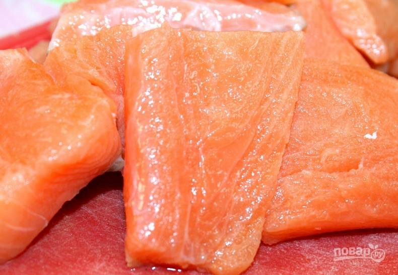 Нарезаем небольшими кусочками рыбное филе.