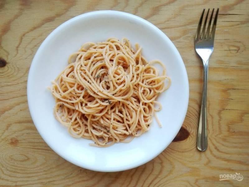 4. А в конце спагетти перемешайте с соусом. Бон апетит!