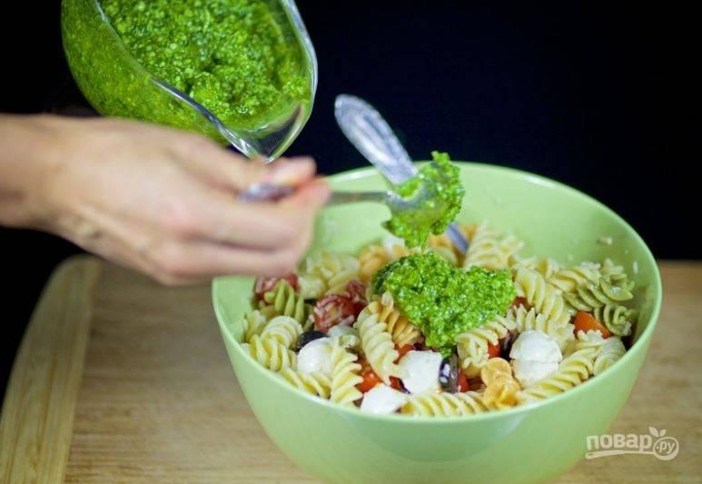 """4. Добавьте соус """"Песто"""", приправьте солью по вкусу и перемешайте. Приятного аппетита!"""