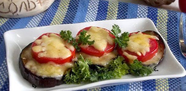 Закуска из баклажанов и помидоров под сыром готова!