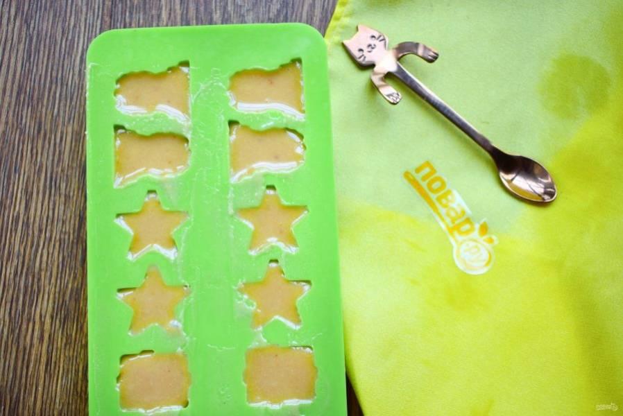 Быстро разлейте сладкую массу по силиконовым формочкам для льда. Конфеты остудите в формочках при комнатной температуре, затем поставьте их в холодильник на 2-3 часа.