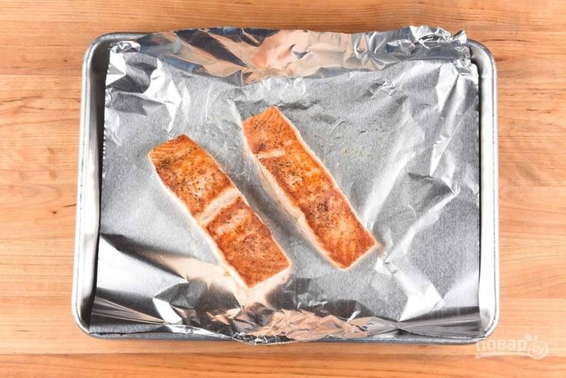 3. Отправьте рыбу на противень с фольгой. Запекайте 6 минут в духовке при 400 градусах.