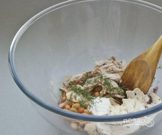 4. К уже готовым грибочкам выложите окорок, фасоль, измельченный лук и зелень. В качестве заправки используйте майонез и растительное масло. Посолите и добавьте перец при желании. Все аккуратно перемешайте.