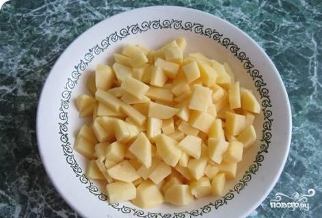 7.Небольшими кусочками нарезаем картофель.