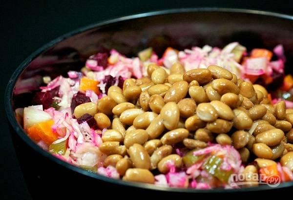 8. В конце добавьте консервированный горошек или фасоль. Подсолите при желании и заправьте растительным маслом. Можно, конечно, использовать и майонез.