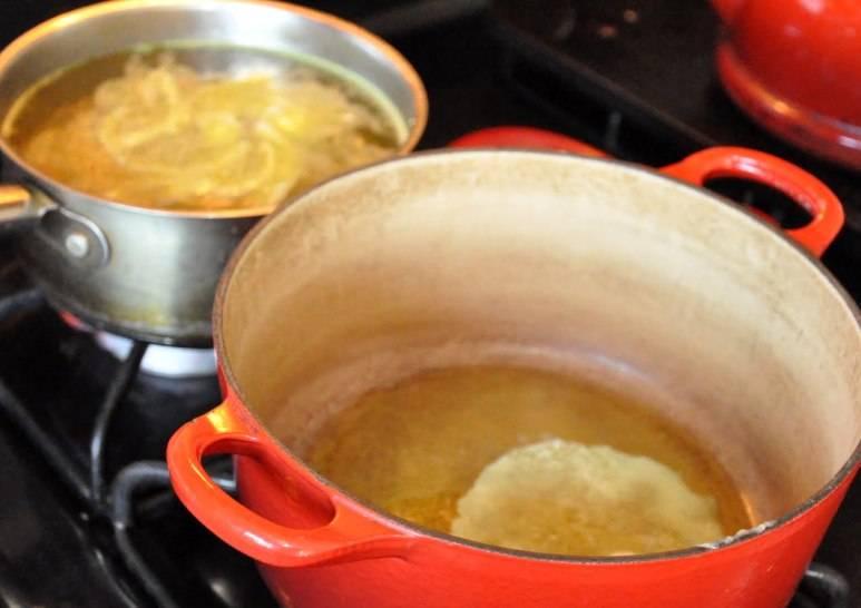 Для начала мы ставим на огонь две кастрюли, в одну наливаем воду, добавляем в нее бульонные кубики и половину головки репчатого лука, варим из этих ингредиентов бульон. В другой кастрюле растапливаем сливочное масло и обжариваем на нем нарезанный кубиками репчатый лук (головку) до прозрачности.