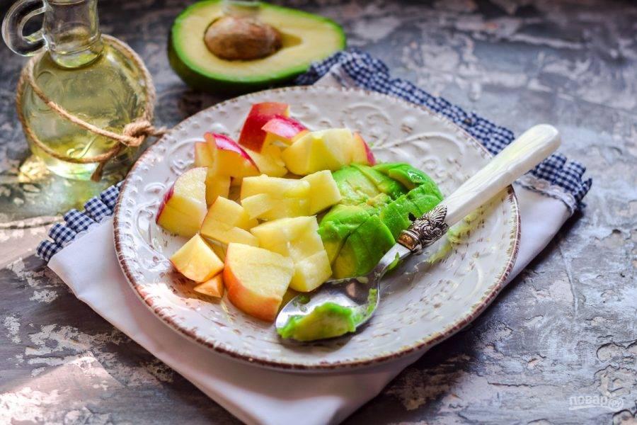 Яблоко сполосните, просушите, очистите от сердцевины, после нарежьте мякоть яблока произвольно.