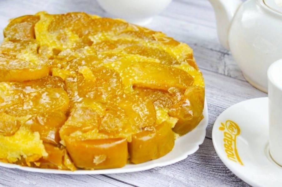 Перед подачей накройте пирог блюдом и переверните. Приятного аппетита!
