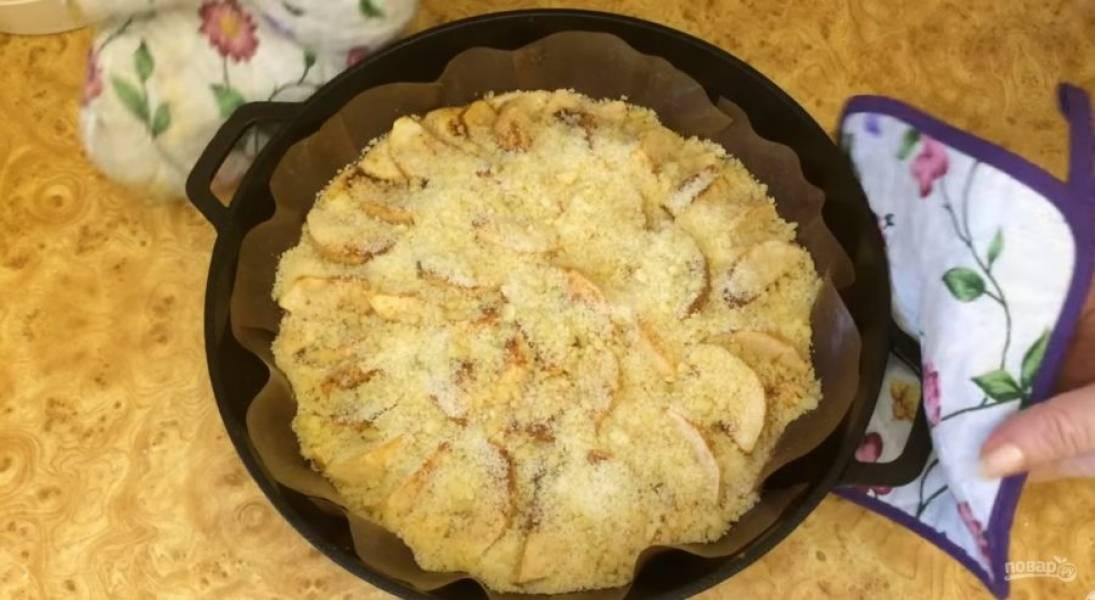 4. Приготовьте посыпку: сахар, масло и муку разотрите в крошку. Посыпьте пирог крошкой и снова отправьте на 20 минут в духовку. Посыпьте пирог сахарной пудрой. Приятного аппетита!