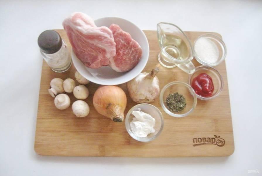 Подготовьте ингредиенты для приготовления свинины по-китайски.