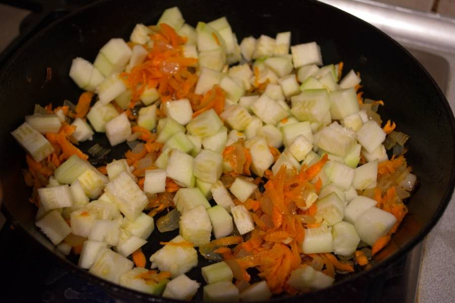 На растительном масле обжарьте лук, после, добавьте морковь, очищенный от шкурки кабачок. Тушите все вместе 10 минут.