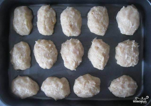 6.Смазываем форму для запекания или противень растительным маслом, раскладываем котлеты. Отправляем противень в разогретую духовку и запекаем котлеты 35 минут при температуре 180 градусов.