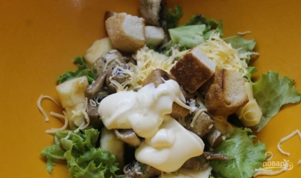 Добавьте в салат крутоны и майонез.
