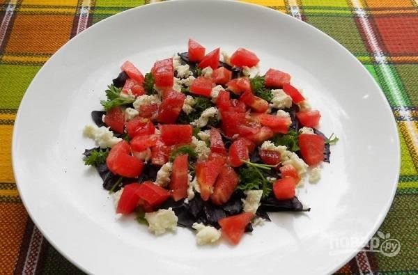 4. Вымойте, обсушите и нарежьте маленькими кубиками помидор.