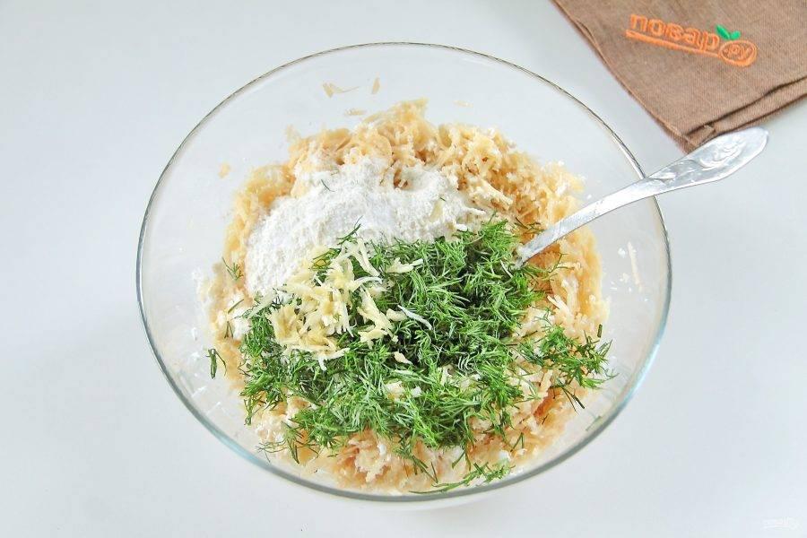 Перемешайте и добавьте муку, измельченную зелень, чеснок и соль по вкусу.