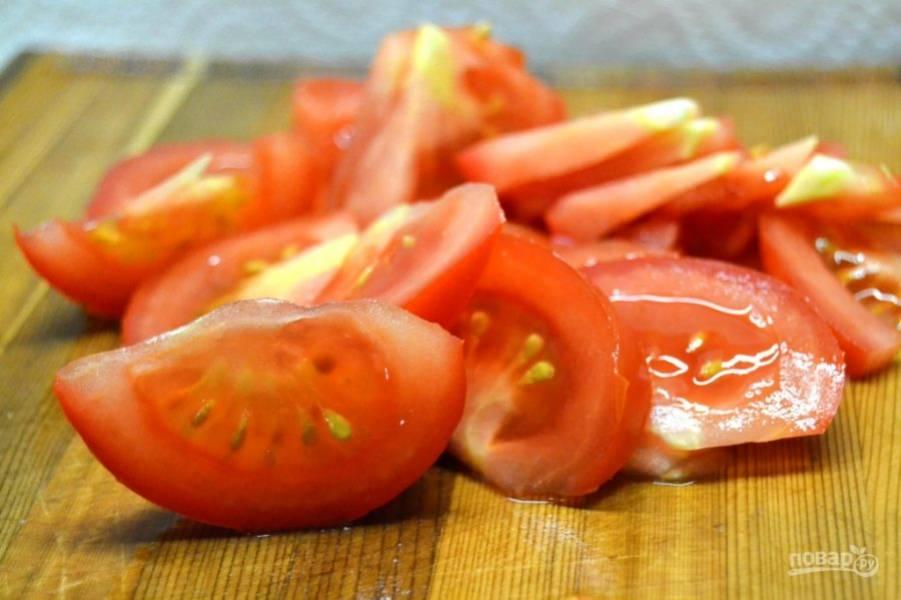 1.Вымойте помидоры и разрежьте их небольшими дольками.
