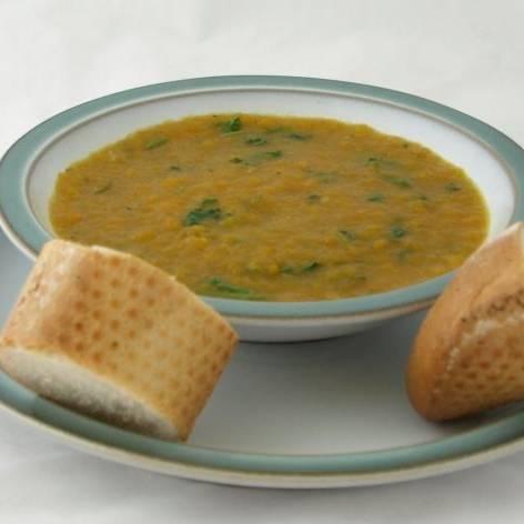 Смешайте суп в блендере до кремового состояния. Посолите и поперчите на ваш вкус. Добавить нарезанные свежие листья кинзы. Подавать суп с французскими булками или свежим ржаным хлебом. Приятного аппетита!