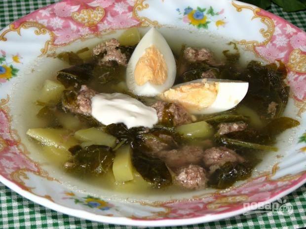 Отдельно отварите вкрутую яйца. Супу дайте настояться. Подавайте его с кусочками яиц и сметаной. Приятного аппетита!