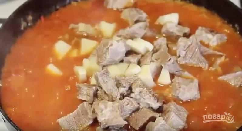 Спустя час варки бульона достаем из кастрюли мясо. Добавляем кусочки говядины в сковороду к овощам. Перемешиваем и держим под крышкой ещё 5 минут.